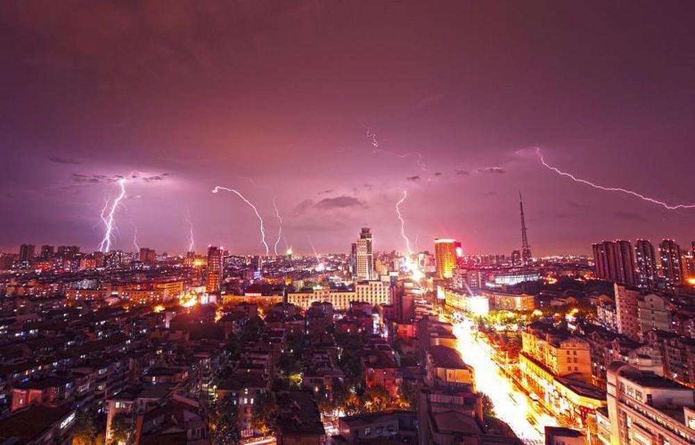 Mỹ: Kinh hoàng chứng kiến cảnh tượng sét đánh trúng tượng đài Washington